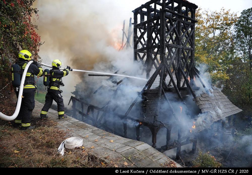 FOTO, VIDEO: Včerejší požár zničil dřevěný kostel sv. Michala ze 17.  století. Mohlo jít o technickou závadu, ale také o lidskou chybu   Zprávy    Pražská Drbna - zprávy z Prahy