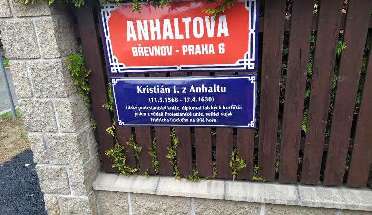 FOTO: Na Břevnově a v Ruzyni se objevily nové tabulky připomínající bělohorské události