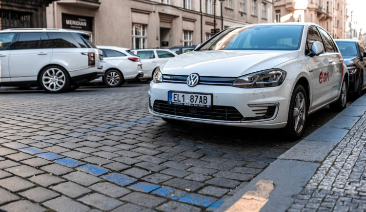 Ode dneška začínají na Hanspaulce platit parkovací zóny. V Malešicích zóny magistrát odložil