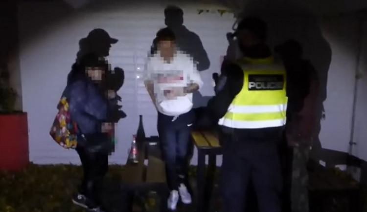 VIDEO: Skupinka lidí popíjela alkohol na ulici. Dostali pokuty a hádali se, čí to byl nápad