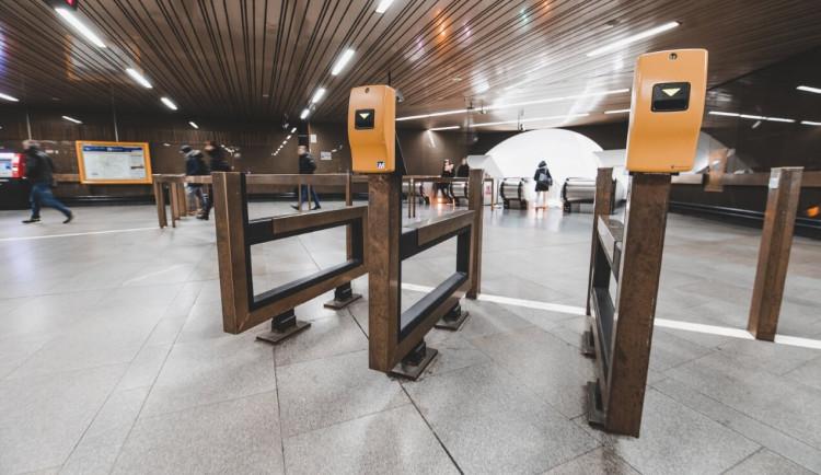 AKTUÁLNĚ: Člověk spadl pod metro ve stanici Vltavská. Provoz na lince C byl zastaven