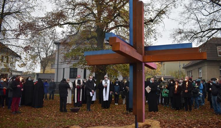 FOTO: V Praze 6 odhalili přesně čtyři sta let po bitvě na Bílé hoře Kříž smíření