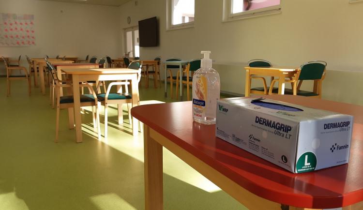 FOTO: Hlavní město připravuje v domovech pro seniory návštěvní místnosti. Ty splňují přísná hygienická opatření