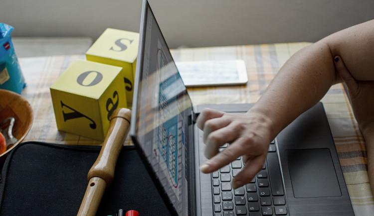 Praha pomáhá dětem i rodičům s distanční výukou pomocí webových stránek i datových balíčků