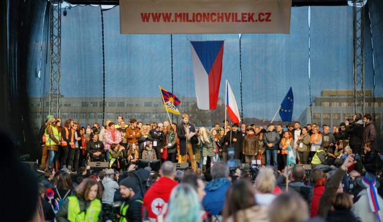 Na pondělní on-line demonstraci Milionu chvilek promluví zástupci opozice