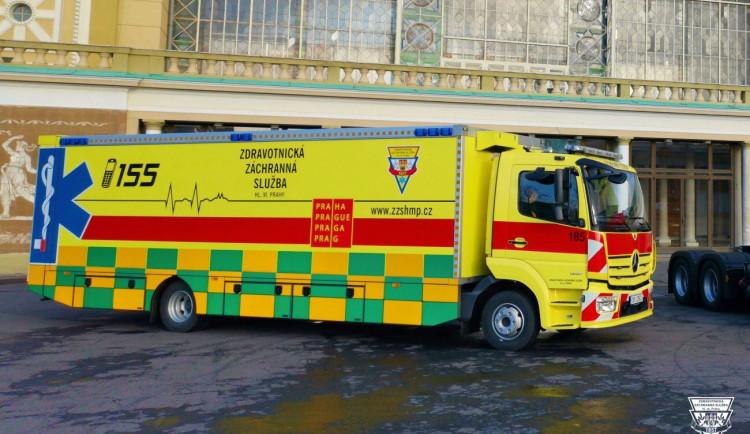 FOTO, VIDEO: Pražští záchranáři transportovali desetimetrovým speciálem deset pacientů z benešovské nemocnice