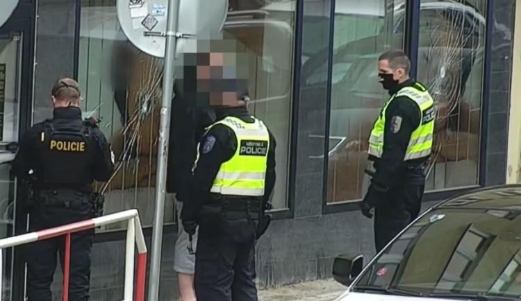 VIDEO: Muž v Praze kladivem rozbíjel výlohy. Skončil v rukou policie