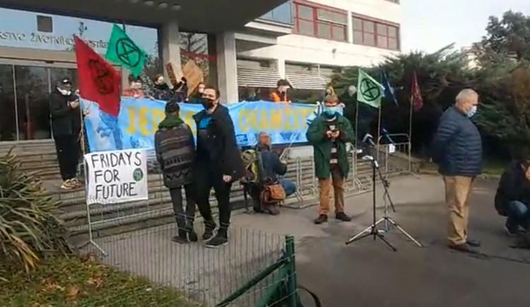 VIDEO: Aktivisté protestují před Ministerstvem životního prostředí. Budou tam deset dní