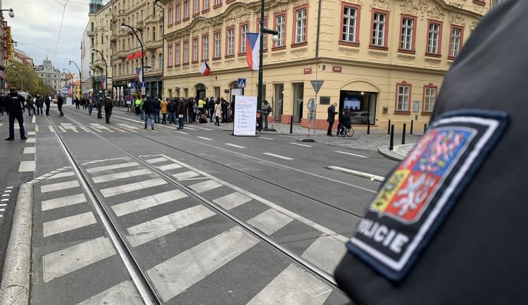 Politici na Národní: Babiš letos bez pískotu, Klause bez roušky bude řešit policie
