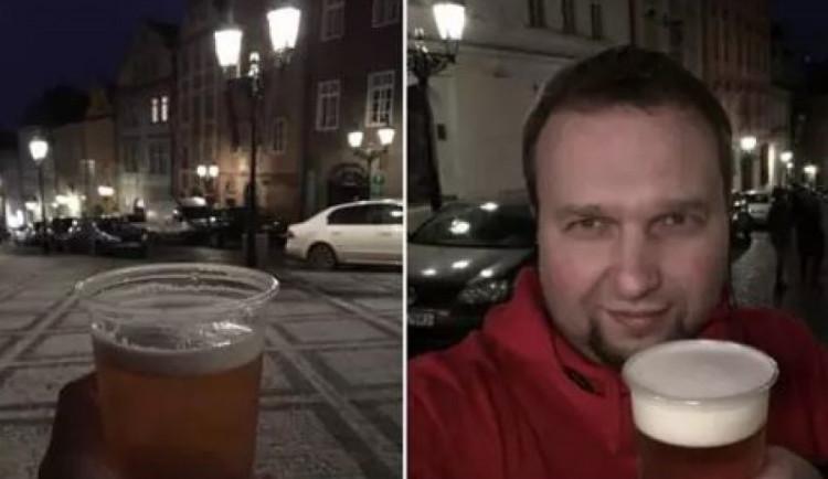 Poslanec Marian Jurečka pil pivo na veřejnosti. Fotkou se pochlubil na sociálních sítích