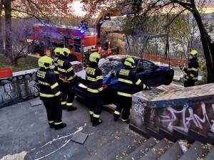 Kuriózní nehoda v Praze. Řidič jel po Nuselském mostě v protisměru, auto skončilo na schodech