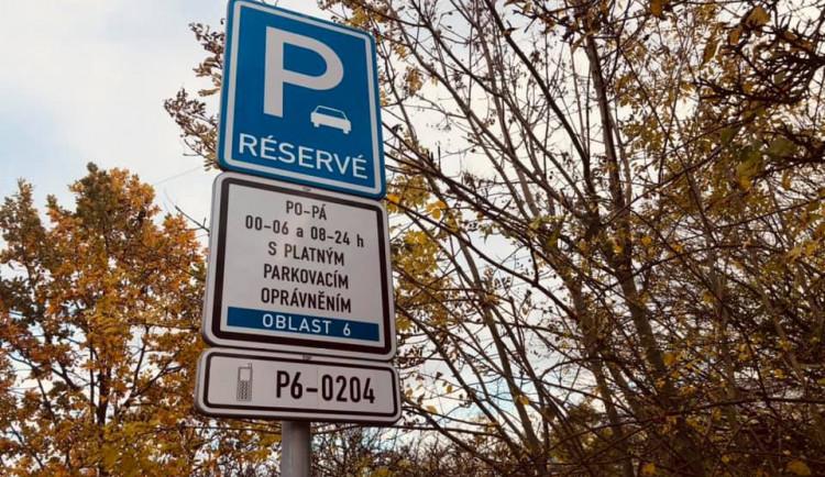 V Praze 6 na Ořechovce dnes začínají platit parkovací zóny