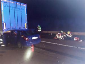Jeden člověk se zranil při nehodě osobního auta a kamionu na Pražském okruhu
