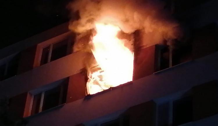 AKTUÁLNĚ: Při večerním požáru bytu v Praze 4 přišel o život jeden člověk