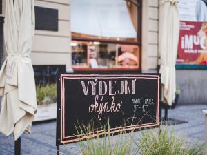 """Pražským restauracím pomůže kampaň s názvem """"Vaříme za vás"""". Vyzývá, aby lidé kupovali jídlo přímo z výdejních okének"""