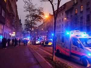 AKTUÁLNĚ: V centru Prahy hoří byt plný odpadu. Zásah hasičů blokuje dopravu