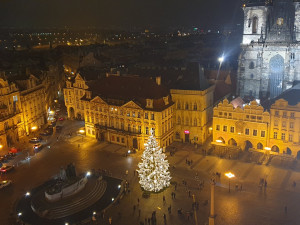 FOTO: Vánoční strom na Staroměstském náměstí v Praze už svítí
