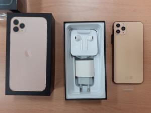 FOTO, VIDEO: Pražští celníci odhalili falešné mobily iPhone a Samsung. Škoda je téměř šest milionů