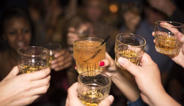 Lidé vymýšlejí, jak se dostat na tajnou party v době koronaviru. Ty se pořádají již od září