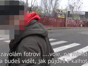 VIDEO: Hledaný muž bez roušky na zastávce hrozil strážníkům vlivným otcem na ministerstvu