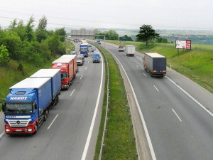 Při hromadné nehodě na Pražském okruhu dnes odpoledne zemřel řidič nákladního auta