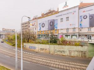 FOTO: Z dalších míst v Praze zmizí velké reklamní plachty