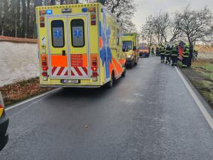 AKTUÁLNĚ: V pražských Kolodějích se srazilo auto s autobusem, který sjel do příkopu. Při nehodě se zranily dvě ženy