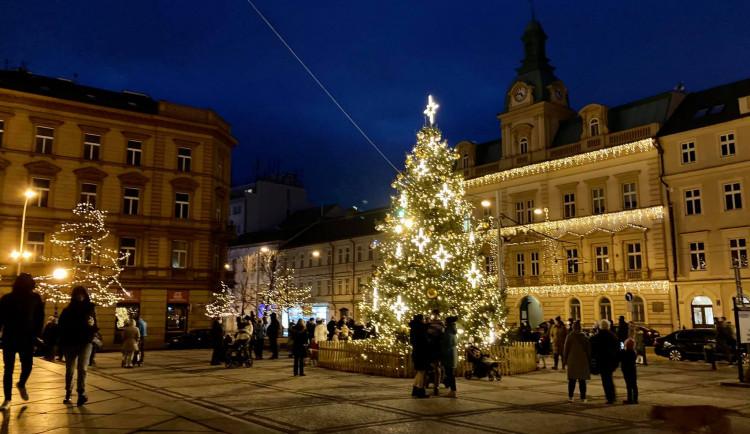 VÁNOCE NA PĚTCE: Tři vánoční stromy, trhy na Andělu a veřejné kluziště