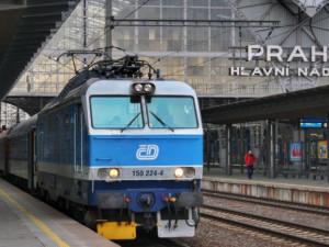 Silný vítr zkomplikoval provoz vlaků v Praze. Hasiči zasahovali u spadlých stromů a billboardu