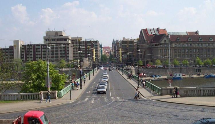 Zábradlí Čechova mostu je ve špatném stavu. Oprava za třicet milionů potrvá asi dva roky