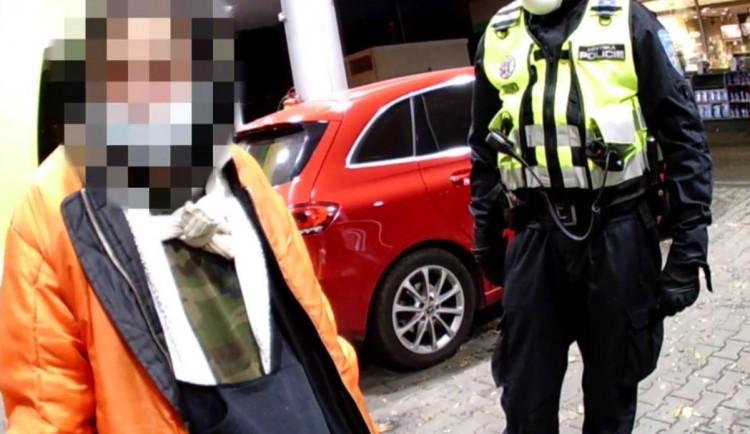 VIDEO: Žena nechtěla odejít z benzinky. Pak napadla a poplivala policistu