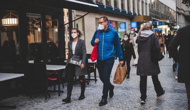 Češi si najdou způsob. V centru Prahy se procházeli lidé s kávou i svařákem v lahvích