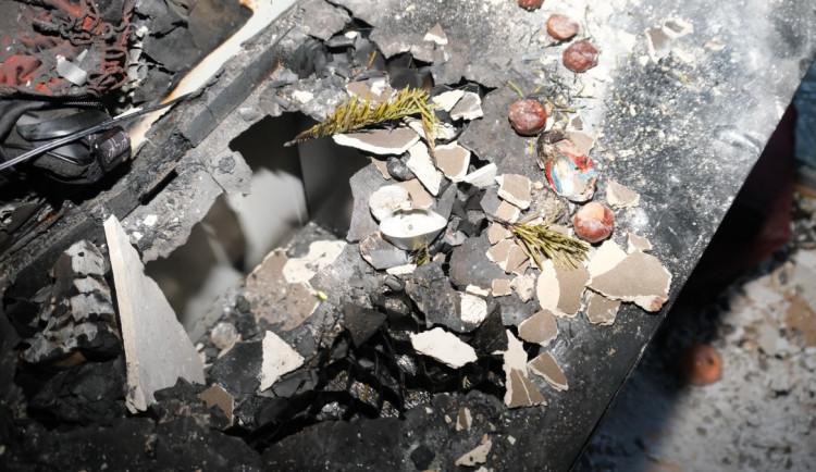 První požár adventního věnce letošních Vánoc. Majitel zapomněl na svíčky a odešel z bytu