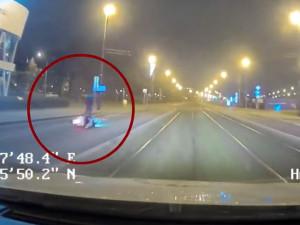 VIDEO: Motorkář ujížděl strážníkům. Když se vyboural, utíkal a schovával se mezi auty