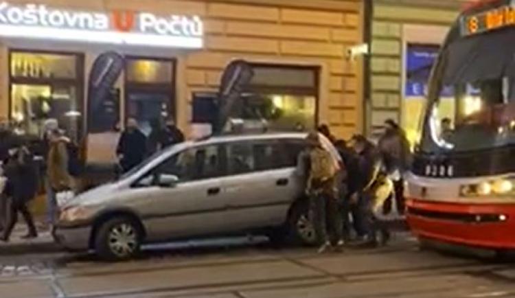 VIDEO: Řidič autem blokoval tramvaj. Lidé mu vůz vlastníma rukama posunuli