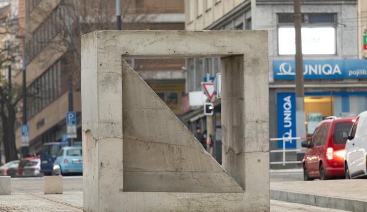 V centru Prahy přistála Tvárnice. Váží 35 tun a na místě bude dva roky