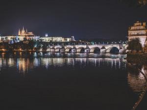 Vltavu u Karlova mostu rozzáří svíčky. Upozorní na katastrofu na Bečvě