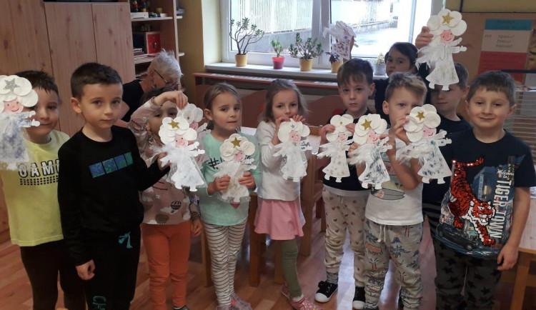 Děti ze školky v Praze 10 vyrobily pro seniory ozdoby. Vánoce jim zpříjemní papíroví andílci, hvězdy a stromečky