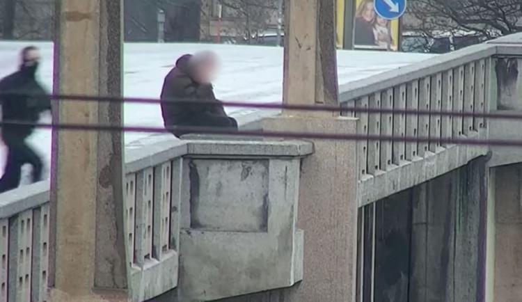 VIDEO: Muž chtěl spáchat sebevraždu skokem z mostu do Vltavy. Život mu zachránili policisté