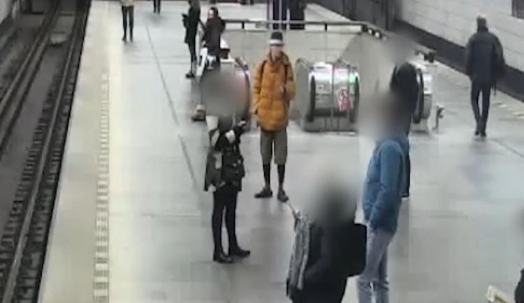 VIDEO: Muž s nožem útočí na ženy v Praze. Kriminalisté ho zatím nechytili