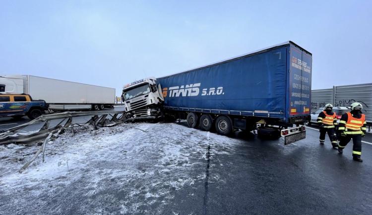 FOTO: Kamion prorazil svodidla na dálnici ve směru na letiště. Z nádrže vyteklo 400 litrů nafty