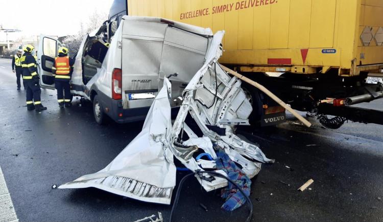 Na Pražském okruhu došlo k další nehodě. Srazila se zde dodávka s kamionem