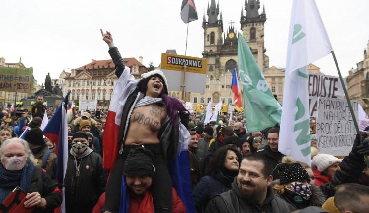 FOTO, VIDEO: Zázračná vakcína neexistuje, hlásil Klaus na demonstraci v centru Prahy