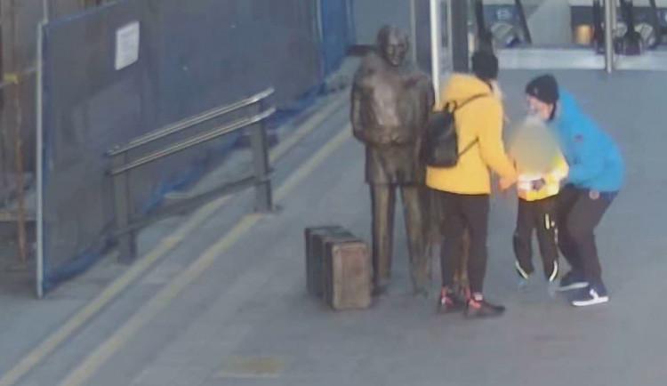 VIDEO: Socha sira Wintona na Hlavním nádraží má poškozené brýle. Policie pátrá po pachateli