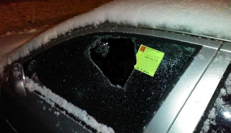 VIDEO: Strážníci zadrželi dva podezřelé muže, kteří se pokusili vykrást zaparkovaná auta