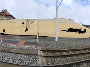 FOTO: Praha 8 si připomene atentát na Heydricha. Nad Vychovatelnou vznikne mural