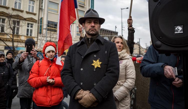 Demonstranti by se za zneužití židovské hvězdy měli omluvit, vyzývají představitelé církví