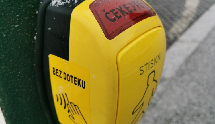 Bez doteku. Praha představila nové bezkontaktní tlačítko pro chodce