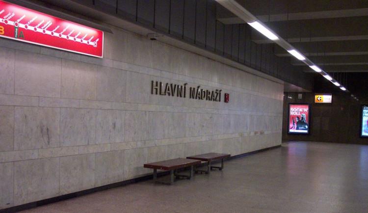 Sebevražda na Hlavním nádraží. Muž, kterého srazilo metro, na místě zemřel