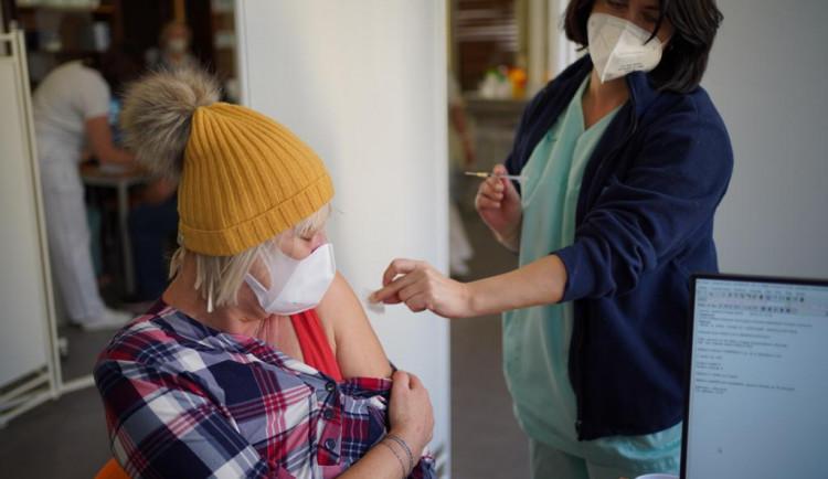 Informační linku pro seniory kvůli očkování na koronavirus zřídila Praha 2